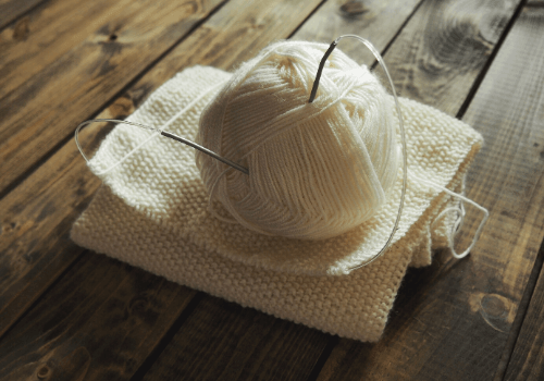 Alles, was man zum Stricken braucht - Wolle und Stricknadeln