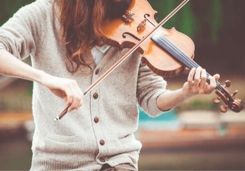 Das Spielen von Musikinstrumenten fördert die Feinmotorik und Fingerfertigkeit