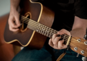 Ein Beispiel für ein Zupfinstrument - die Gitarre