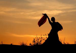 Ein Folkloretanz ist eng mit Tradition verbunden. Trachten spielen hier deshalb beispielsweise eine bedeutende Rolle.