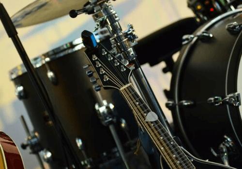 Einige Instrumente verursachen beim Spielen eine gewisse Lautstärke, die man berücksichtigen muss