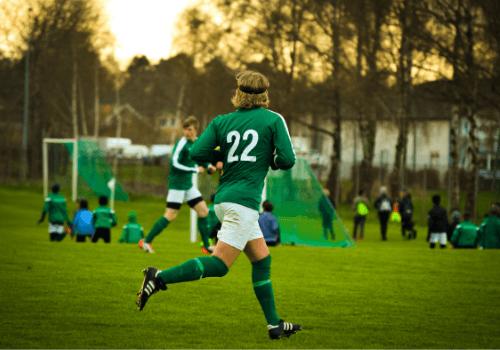Fußball als Hobby ist ein Mannschaftssport - man muss mit den Kameraden zusammenarbeiten, um erfolgreich zu sein
