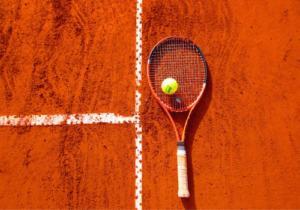 Schläger und Ball als Ausrüstung für jeden Tennisspieler