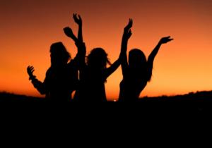 Tanzen ist eine sehr gesellige und soziale Aktivität, bei der man viele neue Leute kennen lernen kann